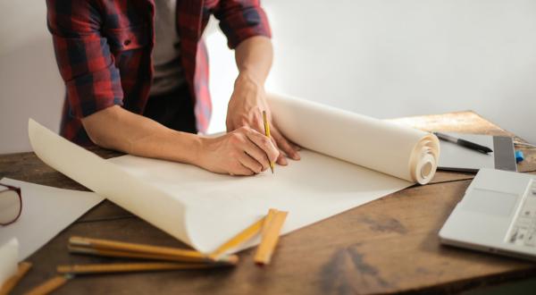 Foto rappresentativa di progettista che disegna
