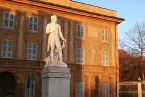 Foto esterna con statua Napoleone